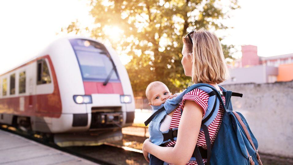 Zug-Passagierin verbietet Mutter, mit Kind neben ihr zu sitzen.