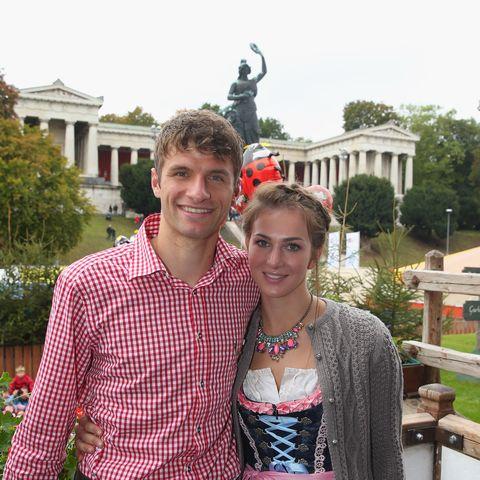 Thomas Müller und seine Ehefrau führen ein bescheidenes Leben. Während er spielt, kümmert sich Lisa um den gemeinsamen Pferdehof.