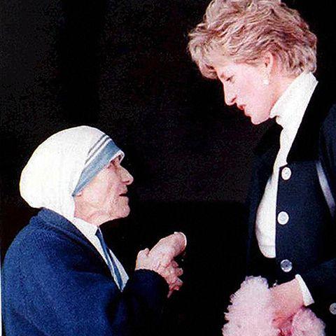 """Am 19. Februar 1992 trifft die """"Prinzessin der Herzen"""" in einem Kloster in Rom auf Mutter Teresa, die sie sehr bewundert."""