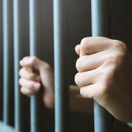 Sie brach die Corona-Regeln: Mutter weigert sich, ihre Tochter im Krankenhaus alleine zu lassen – und landet im Gefängnis