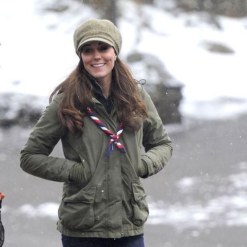 Am 22. März 2013 besuchte Kate kleine Pfadfinder und kam leger mit Ballonmütze, Parka und Jeans.