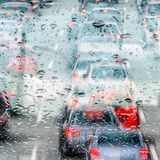 Bußgeld-Frage: 80 bei Nässe: Wann gilt eine Fahrbahn als nass?