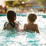 Kinder im Schwimmbad