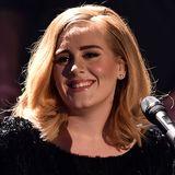 Adele in einem schwarzen Kleid.