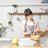 Japanerin in der Küche, Abnehmen, Japan-Diät