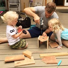 James van der Beek baut mit seinen Kindern ein Vogelhaus