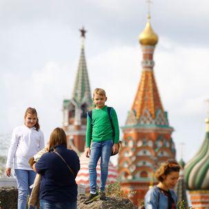 Junge vor der Basilius-Kathedrale in Moskau