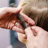 Mit fettigen Haaren zum Friseur? Für viele ist das ein No-Go. Foto:Markus Scholz