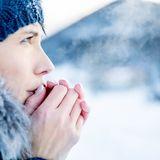 Trockene und rissige Hände im Winter