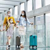 Familie auf dem Weg in den Urlaub