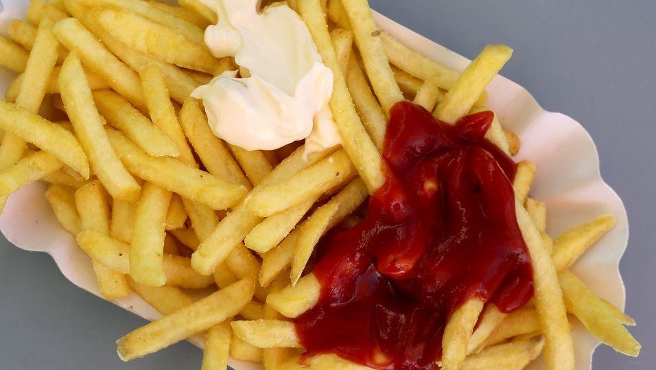 Einer frischen Portion Pommes können nur die wenigsten widerstehen. Fettiges oder kohlenhydratreiches Essen aktiviert unser Belohnungssystem im Gehirn.