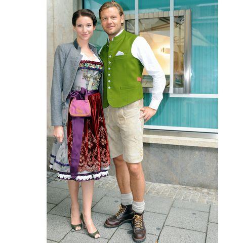 Sophie Wepper und ihr Freund David Meister posieren vor dem Edel-Juwelier. Danach geht es traditionell weiter ins Schützen-Festzelt.