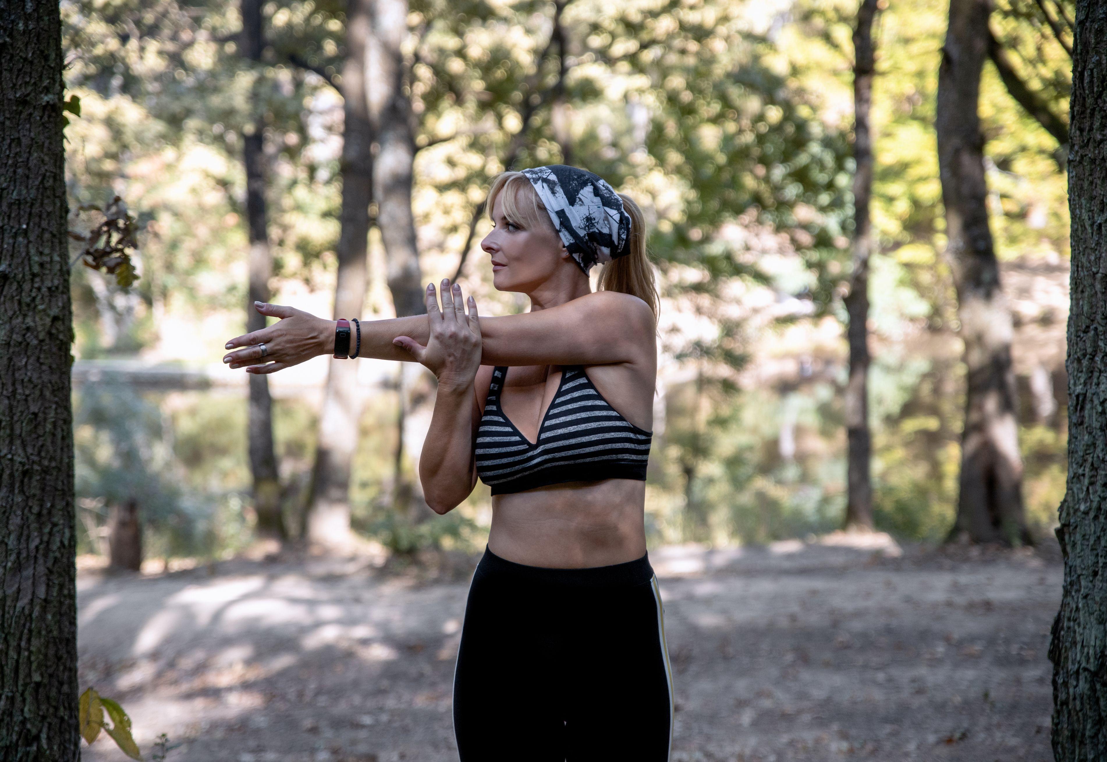 Frau mit Top bei Sportübungen