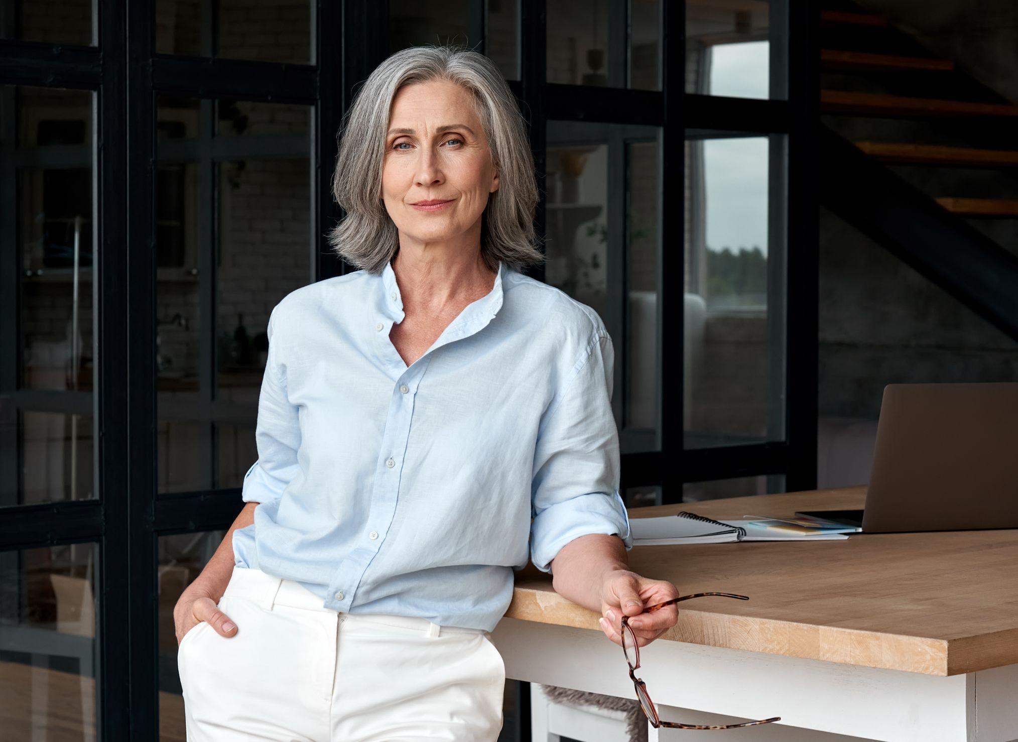 Frau im mittleren Alter mit Business-Outfit