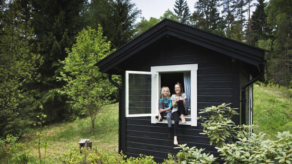 Kinder in schwedischem Blockhaus