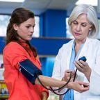Blutdruckmessung bei einer Frau