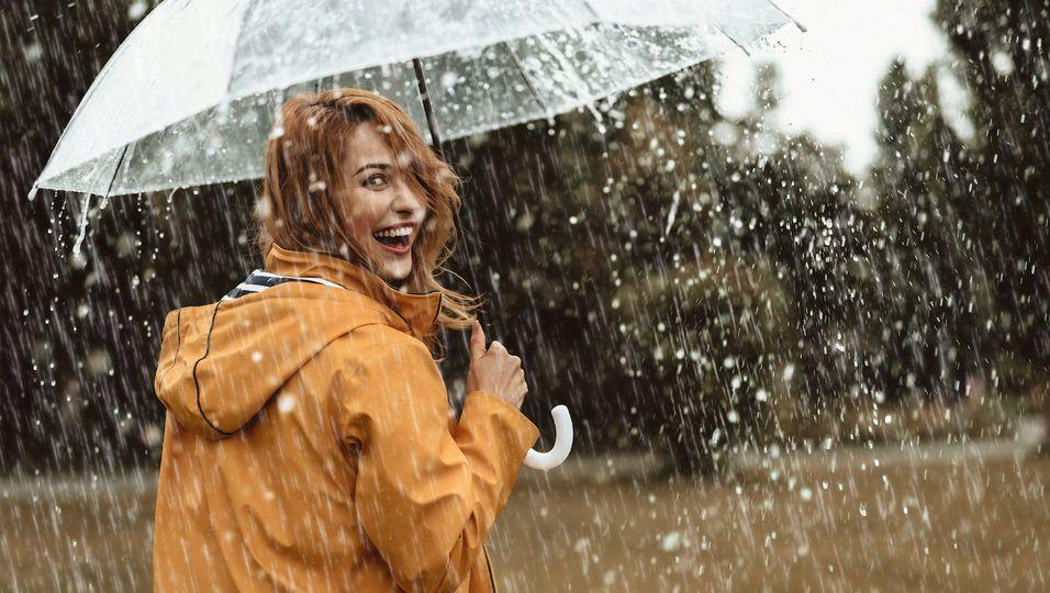 Frau im Regenmantel