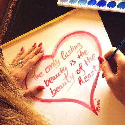 Heidi Klum malt sich ihr herziges Mantra gleich selbst.