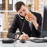 Darum solltest du nicht an deinem Schreibtisch Mittag essen