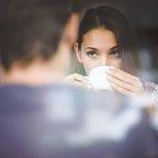 Frau-Date-Partner-Tee