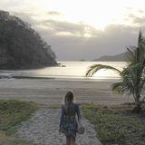 Frau mit Minirock am Strand