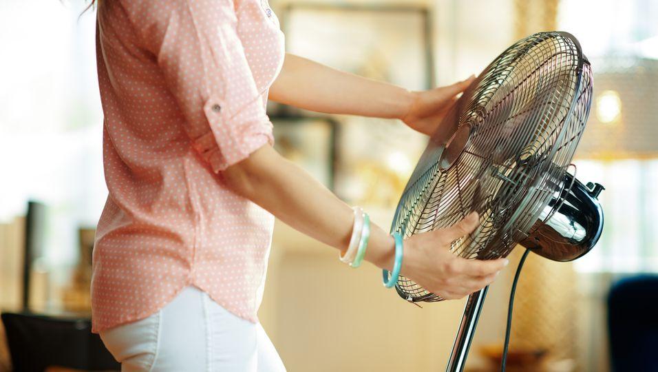 Hitzewallung in den Wechseljahren? Das kannst du im Sommer dagegen tun (Symbolbild)