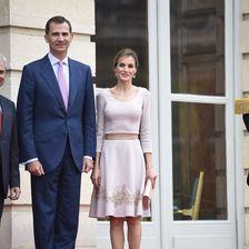 Beim Antrittsbesuch in Frankreich bezauberte sie in einem zartrosa Kleid mit Spitzendetails von Felipe Varela.