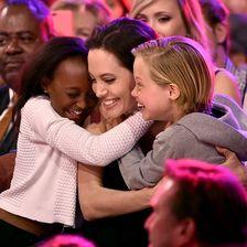 Angelina Jolie wird von ihrem Kindern umarmt