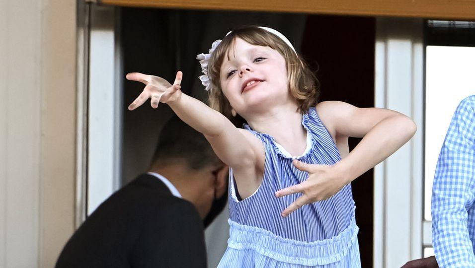 Die Mini-Prinzessin ist voll in ihrem Element: Hallo Leute, hier bin ich!
