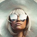 Frau mit Hut und Sonnenbrille