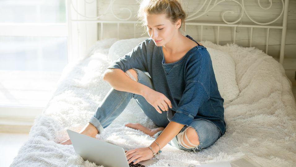 Jugendliche vorm Laptop