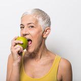 Frau-Apfel-Vegan