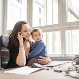 Mutter mit Kleinkind am PC