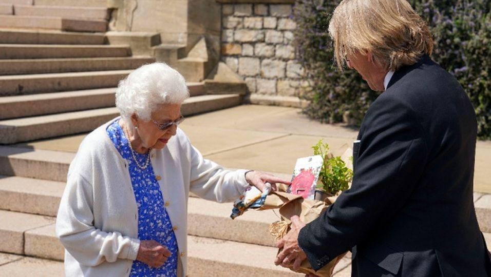 """""""Sie sieht schön aus"""" – Queen pflanzt Rose mit Philips Namen"""