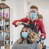 Friseur mit Maske