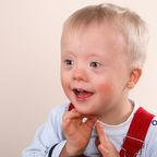 """Junge mit Down-Syndrom wird als """"Baby-Flüsterer"""" bekannt."""