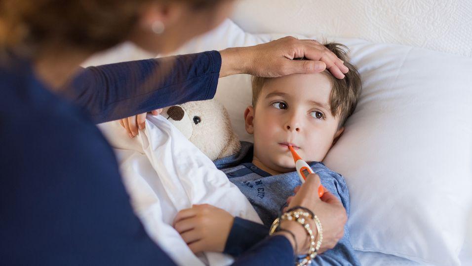 krankes Kind mit Fieberthermometer