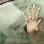 Liebesspiel im Auto - Hände an Fensterscheibe
