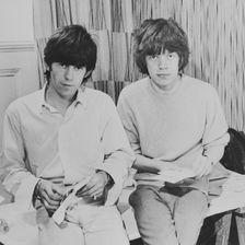 """Keith Richards und Mick Jagger kennen sich aus der Schule. 1960 trafen sie sich zufällig wieder und gründeten die """"Rolling Stones""""."""