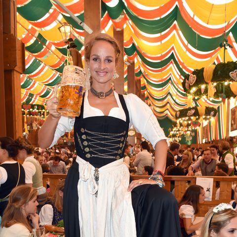 Schauspielerin Lara Joy Körner hob lässig den Bierkrug hoch.