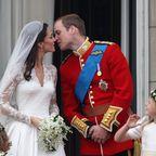 So romantisch ihre Hochzeit ausfällt, so kurz ist ihr Kuss: 0,4 Sekunden dauert er, dann legt Prinz William noch einmal nach.