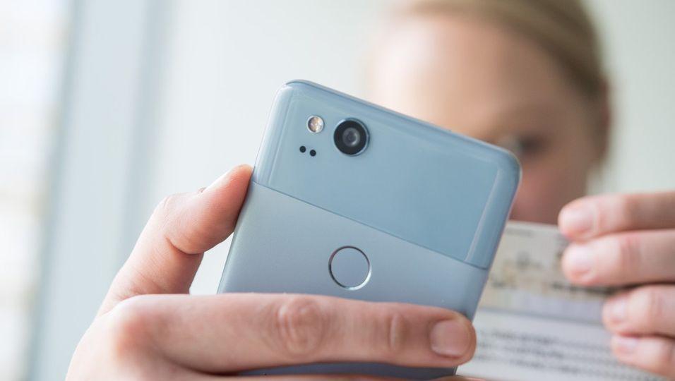 Das Video-Ident-Verfahren wird oft über eine Smartphone-App realisiert. Alternativ läuft die Prüfung der Identität an einem Rechner mit Webcam.