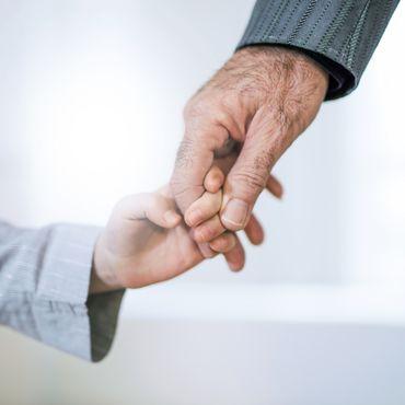 Es war ihr ein Herzenswunsch: Frau wird alleinerziehende Mutter - damit ihr totkranker Vater seinen Enkel kennenlernen kann