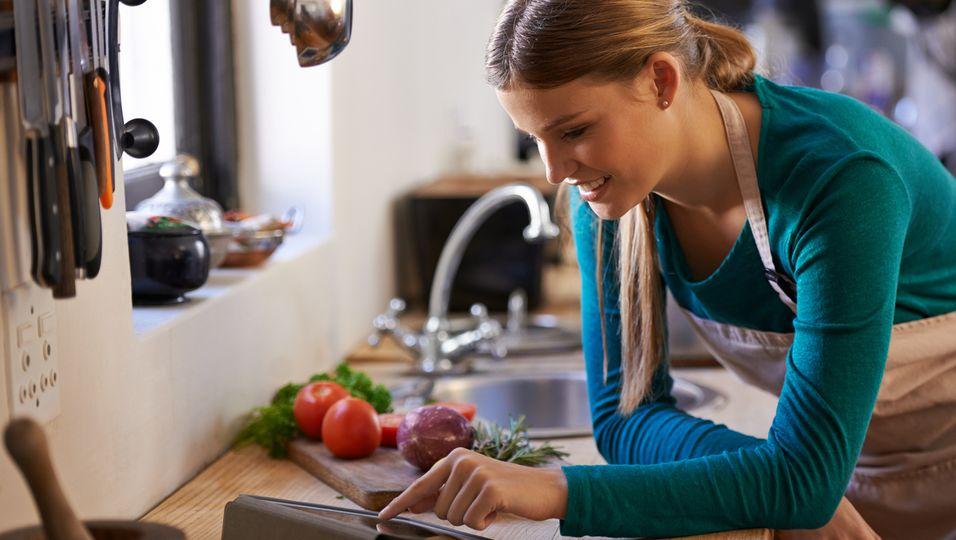 Frau mit Zutaten in der Küche