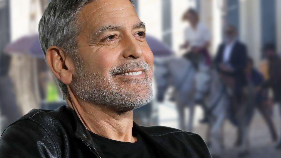 Ohne Amal, dafür in blonder Begleitung – doch sein Aussehen ist die wahre Überraschung
