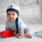 Baby mit Matrosenmütze