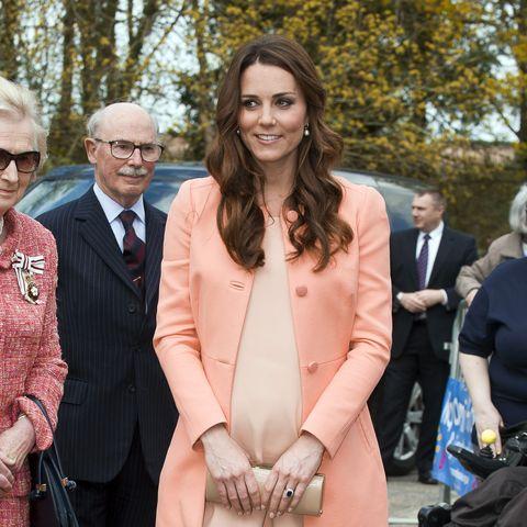 Als Kate ein Kinderhospiz besuchte, erschien sie einem 450-Euro-Mantel von Tara Jarmon.