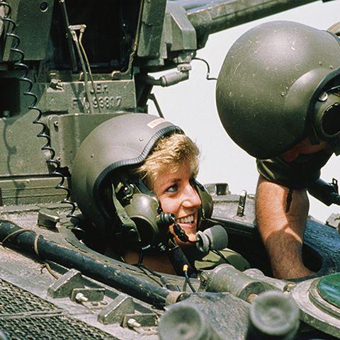 1988 besucht Diana das königliche Regiment in Hampshire und setzt sich mit Helm in einen Panzer. Ihre Beliebtheit beim Volk wächst.