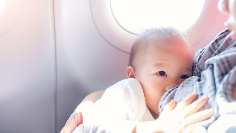 """""""Zum Wohle der anderen Reisenden"""" – Stillende Mutter sollte Brust bedecken"""