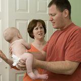Überforderter Vater mit Baby